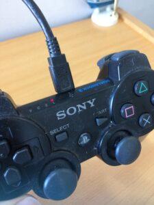 """Mando de PS3 con la luz """"1"""" encendida."""