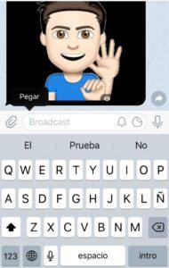 """Cuadro de diálogo con la opción """"Pegar"""" y emoji animado de Emoji Me enviado por la app de mensajería Telegram."""