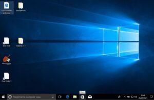 """Escritorio de Windows 10 después de restablecerse. Se observa que hay archivos de texto que no se eliminaron, y que apareció un archivo nuevo con el nombre """"Aplicaciones quitadas""""."""