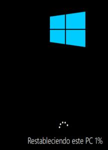 """Windows con el mensaje """"Restableciendo este PC 1%"""", el cual aparece después de reiniciarse el equipo."""