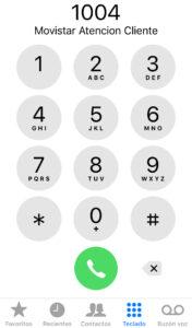 """Pantalla de un iPhone con el número de teléfono """"1004"""" escrito."""