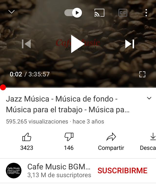 App de YouTube reproduciendo música.
