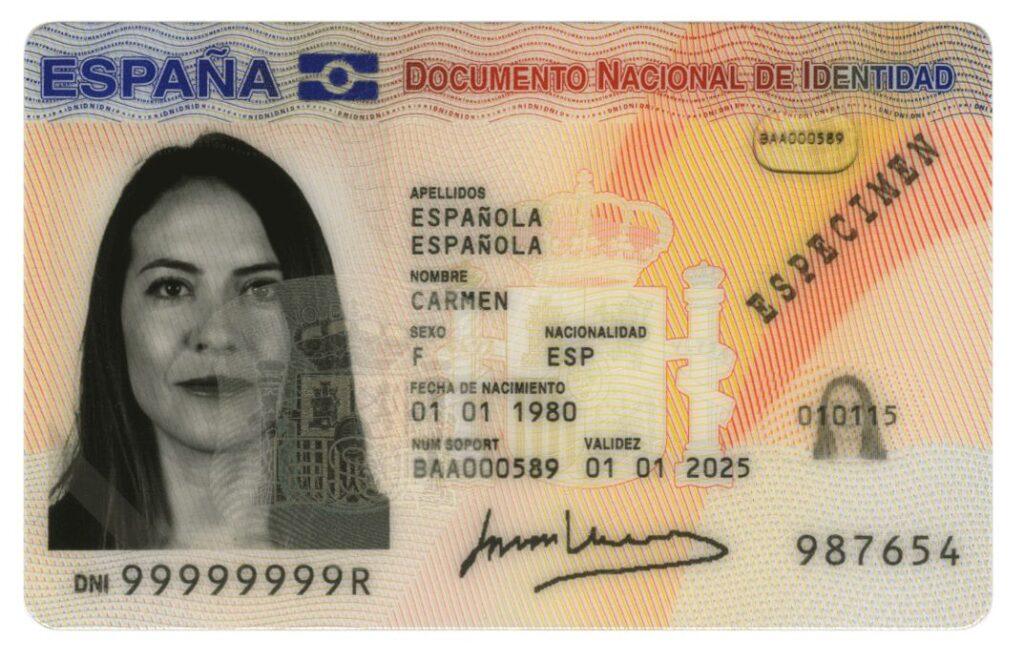 Parte delantera del DNI 3.0. Se observa que el número del DNI está debajo de la foto de la persona, y que el símbolo en forma de bandera está en la esquina superior izquierda de la tarjeta.