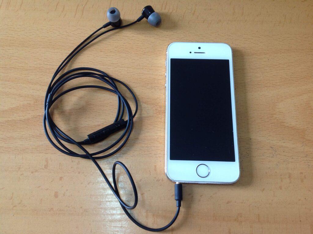 Auriculares conectados a un iPhone.